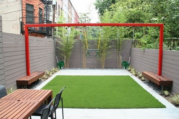 Çocuklar için oyun alanı olan bahçe dekorasyonu