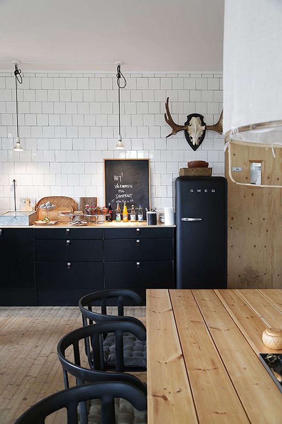 Ahşap Mobilyalı Siyah beyaz mutfak