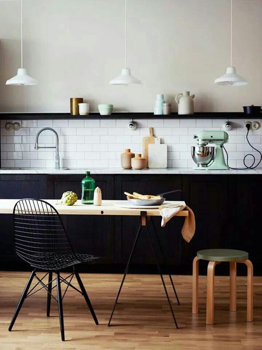 Siyah Mobilyalı Beyaz Duvar Siyah beyaz mutfak