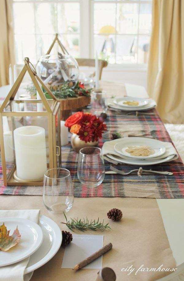 Ağaç yaprakları ile sade yemek masası dekorasyonu