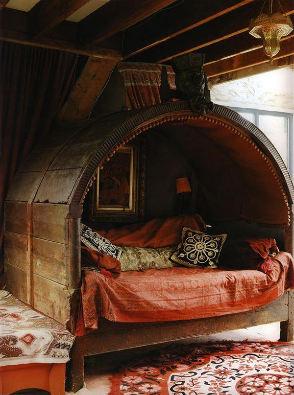 Ahşap Bohem tarzda ilginç yatak odası