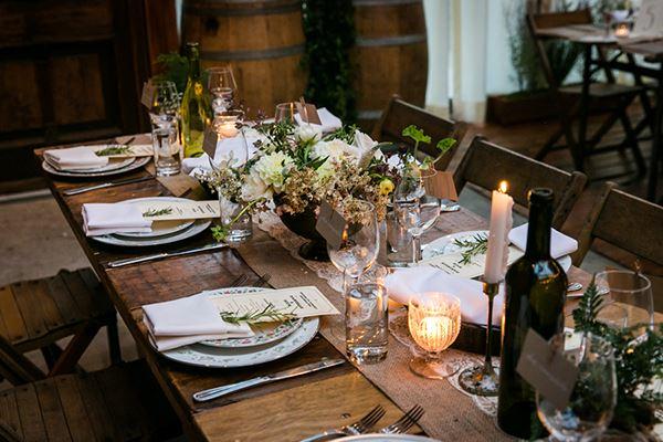 Ahşap masa üzerine sekiz kişilik yemek masası süsleme