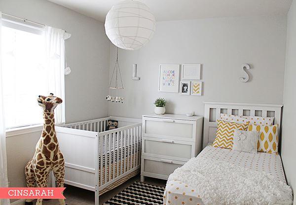 Bir bebek ve bir büyük çocuk için beyaz kardeş odası