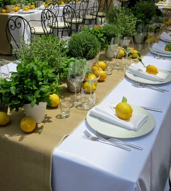 Doğal bitkiler ile süslenmiş yemek masası