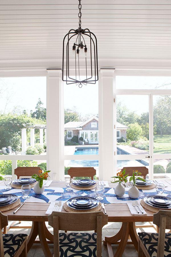 Mavi renkler ile süslenmiş yemek masası dizaynı