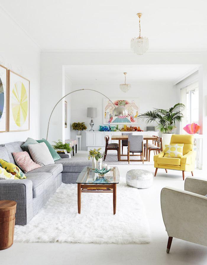 Pastel tonlarda oturma odası gri