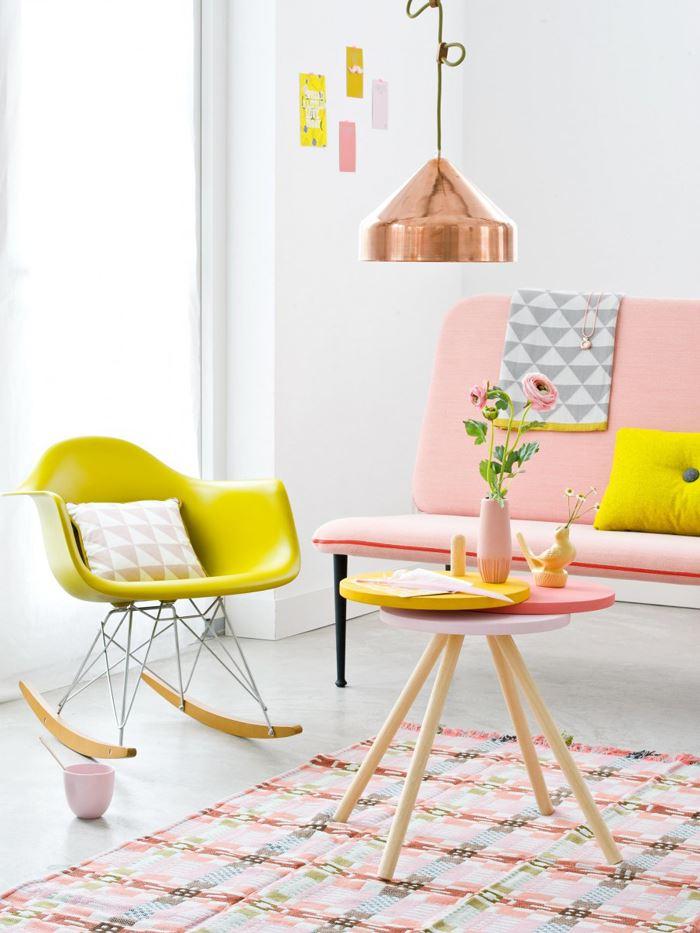 Pastel tonlarda oturma odası pembe sarı