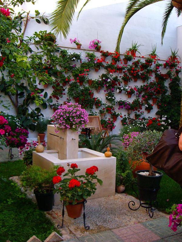 Renkli çiçekler dekore edilmiş bahçe dekorasyonu