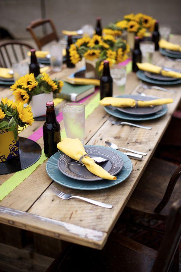 Sarı çiçekler ile süslenmiş yemek masası dizaynı