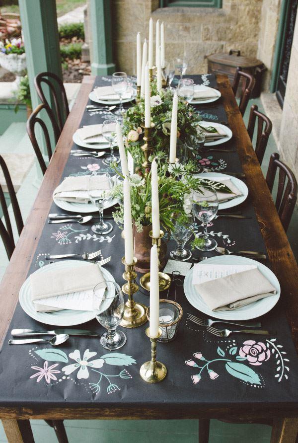 Sekiz kişilik siyah beyaz renkler ile dizayn edilmiş yemek masası