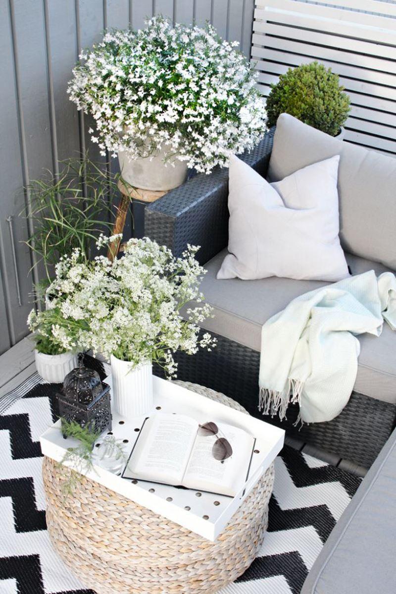 Çiçekli siyah beyaz küçük balkon dekorasyon