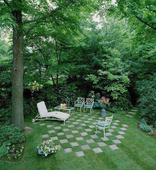 Çim zeminli yaşlı ağaçlı bahçe dekorasyonu