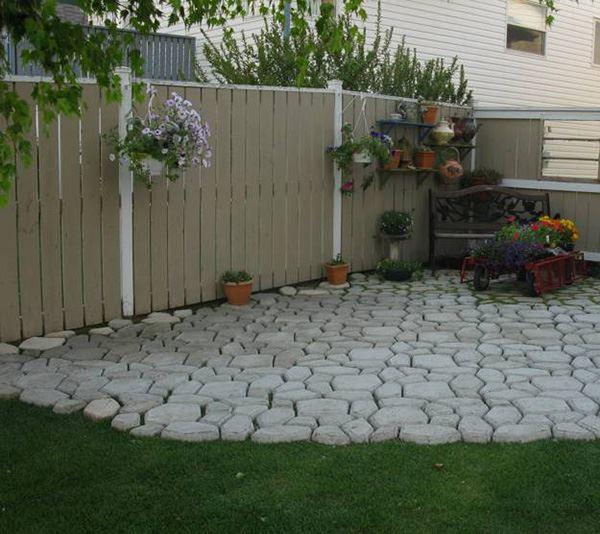 Çimen üzerine kilit taşı ile dekore edilmiş bahçe