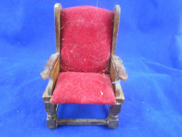 Kırmızı minyatür ahşap sandalye