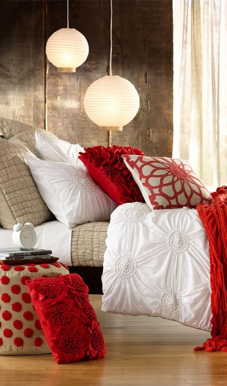 Kırmızı beyaz yastıklık yatak odası dekorasyonu