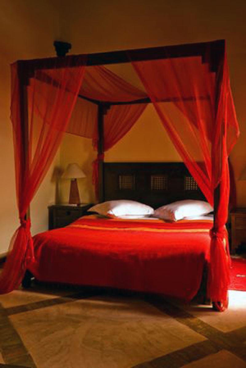 Kırmızı tül yatak odası dekorasyonu