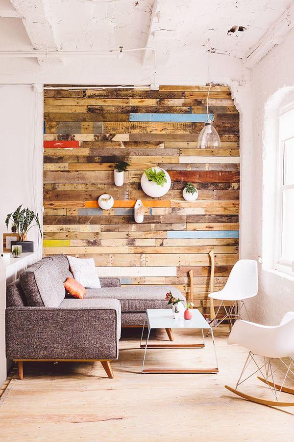 Palet ahşap duvar salon dekorasyonu