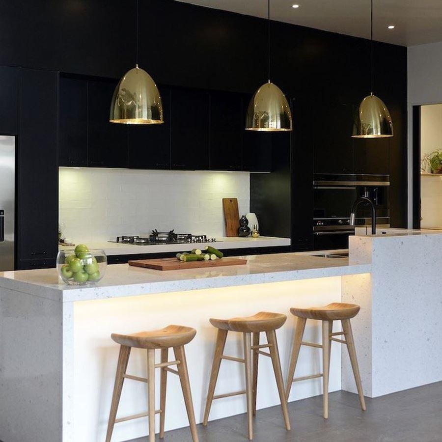 Siyah Duvar Beyaz Mobilyalı Siyah beyaz mutfak