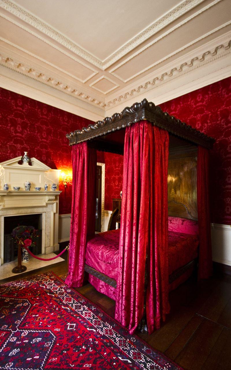 Tarihi kırmızı yatak odası dekorasyonu