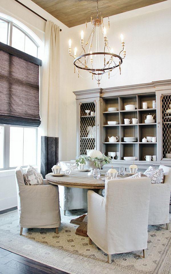 Yuvarlak masalı küçük yemek odası dekorasyonu
