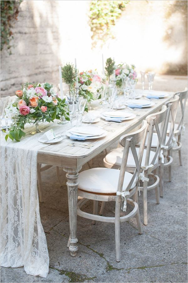 Dining table design decorated with roses for eight to eight persons for the garden