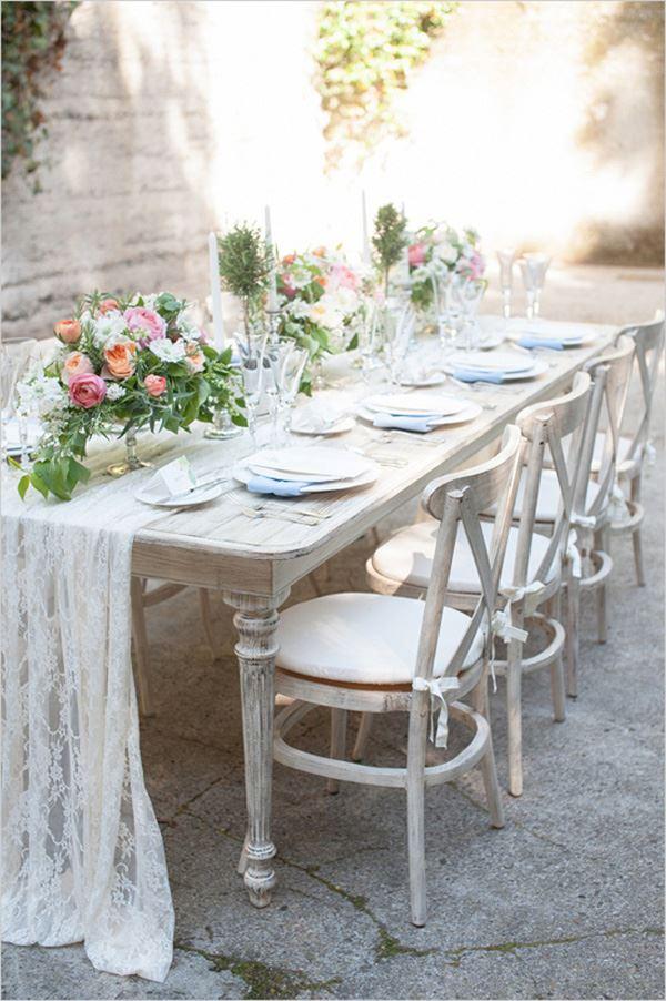 Bahçe için sekiz 8 kişilik güller ile süslenmiş yemek masası dizanyı