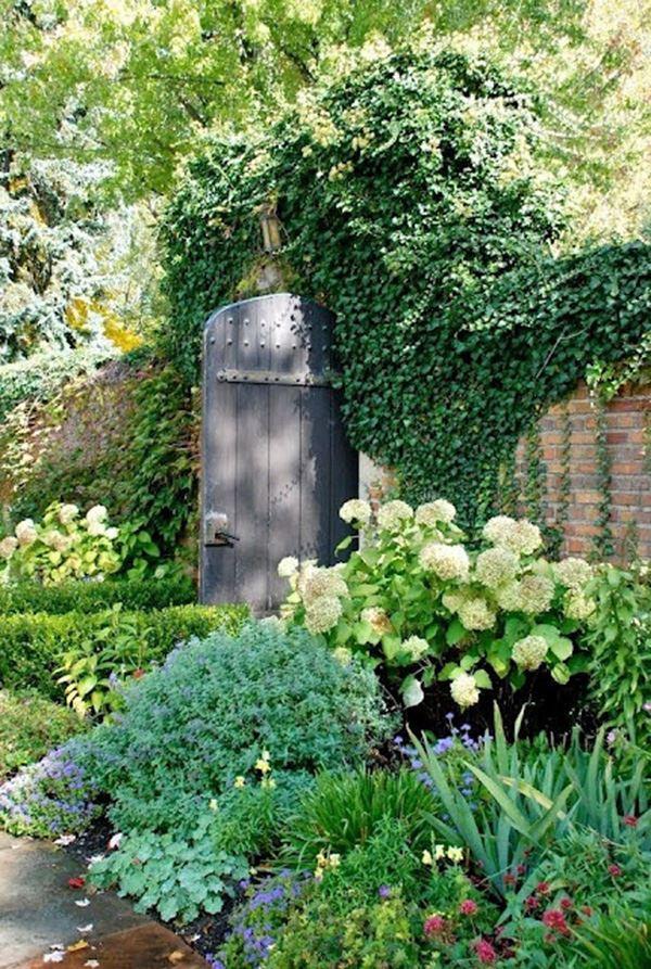 Bahçe kapısı için duvarı saran sarmaşık