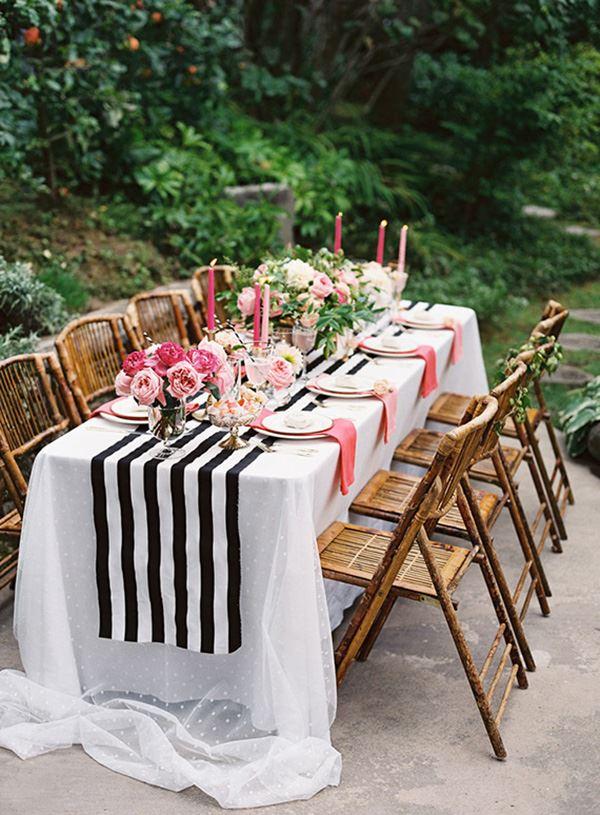 Bahçede güller ile süslenmiş sekiz 8 kişilik yemek masası dekorasyonu