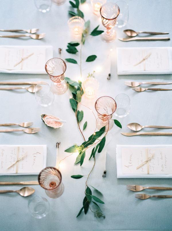 Düğün için dizayn edilmiş yemek masası