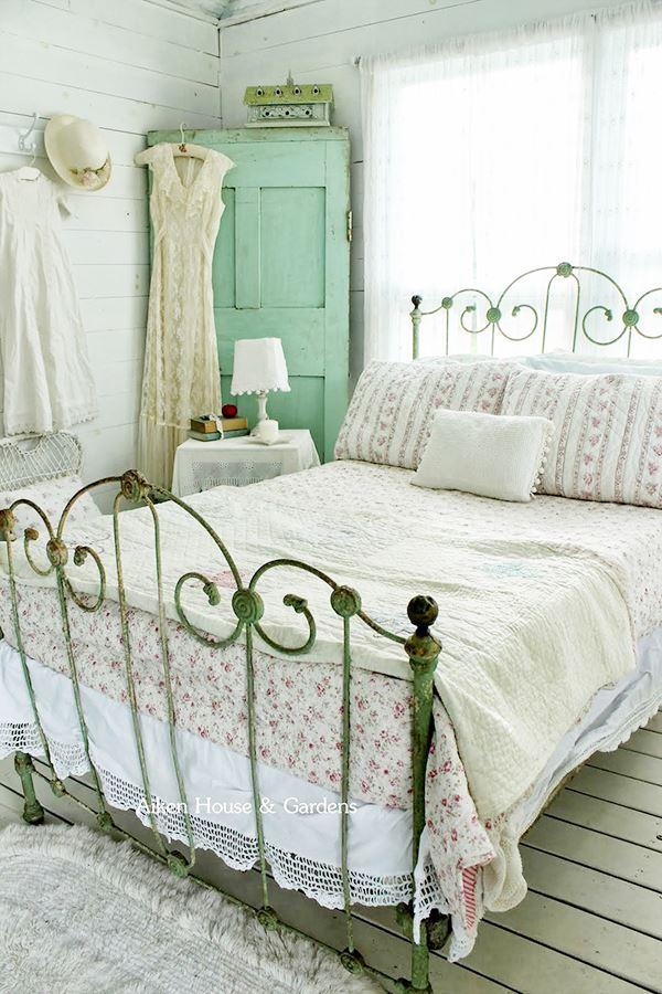 Eski klasik ferforje karyolalı yatak