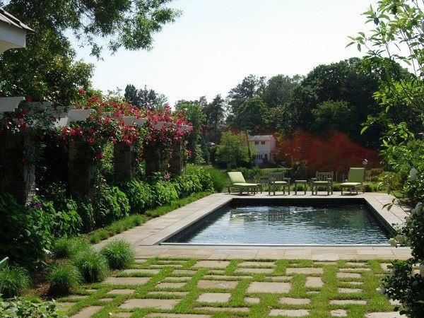 Havuzlu çiçekli bahçe dekorasyonu