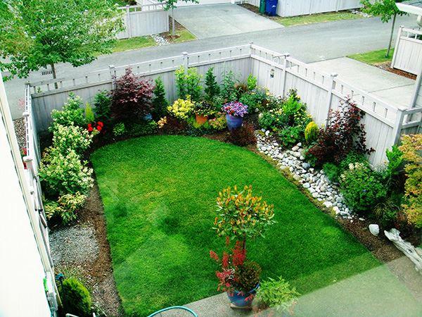 Küçük çiçekli ve çimenli bahçe dekorasyonu