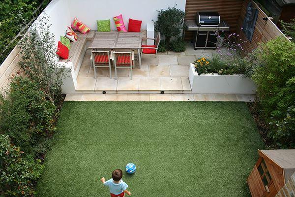 Küçük modern çimen ve taş zeminli bahçe dekorasyon