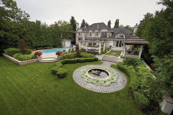 Lüks havuzlu bahçe dekorasyonu