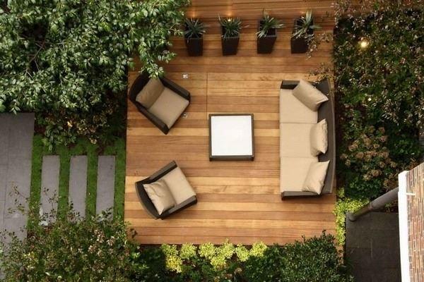 Modern ahşap zeminli bahçe dekorasyonu