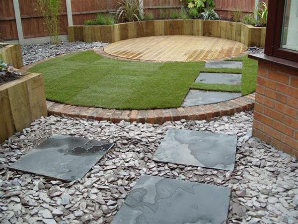 Modern taş ve ahşap kullanılmış bahçe