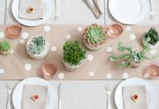 Pastel pembe ile süslenmiş yemek masası dizaynı