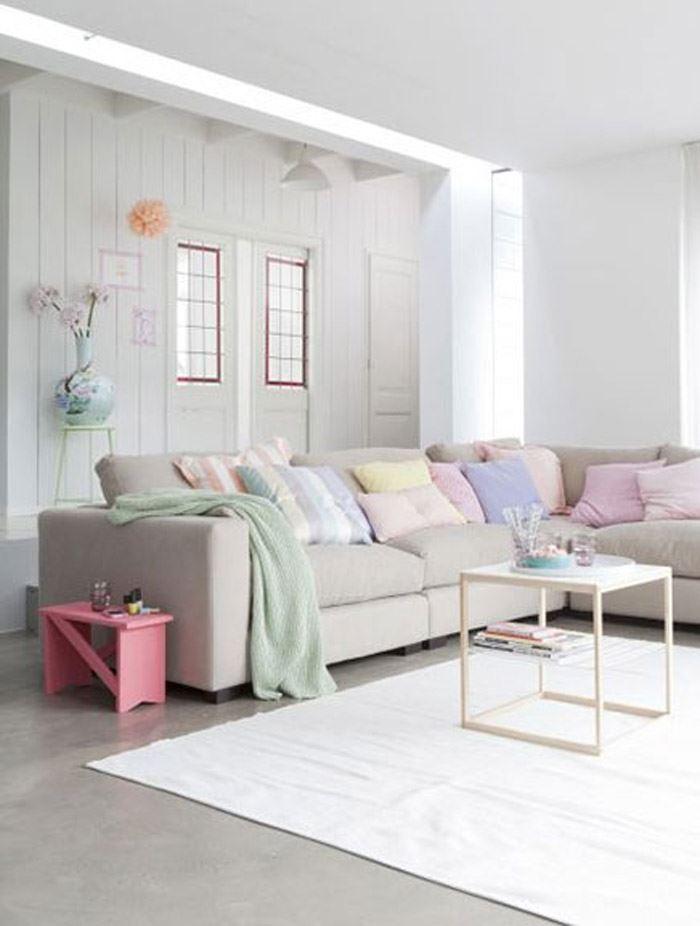 Pastel tonlarda beyaz oturma odasi