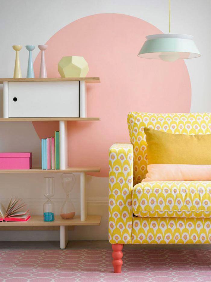 Pastel tonlarda oturma odası sarı