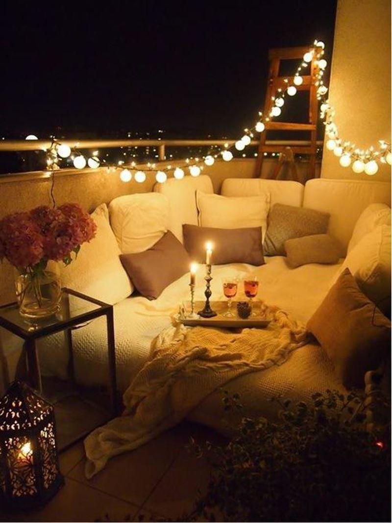 Romantik ışıklı balkon dekorasyonu