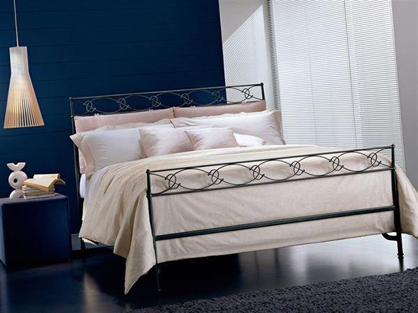 Sade tasarıma sahip ferforje yatak odası karyola