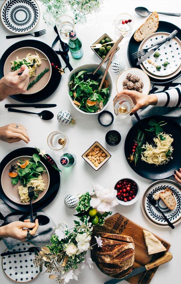 Siyah beyaz renklerin hakim olduğu yemek masası dizaynı